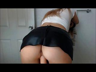 कैम पर चमड़े के खिलौने में सेक्सी गोरा