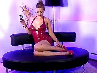 लाल चमड़ा पोशाक के साथ गर्म गोरा टेलीफोन सेक्स लड़की