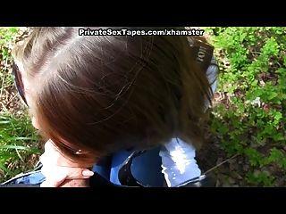 युवा जोड़े जंगल में चलना गड़बड़