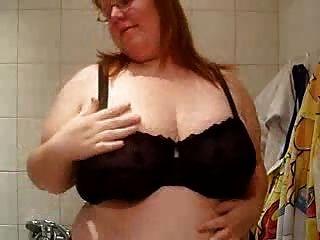 प्लमपर उसे स्तन दिखाते हैं