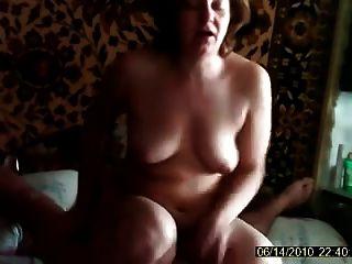 पत्नी अपने पति के साथ अपने मुर्गा पर बैठे fucks