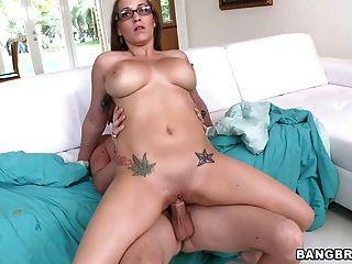 34dd स्तन के साथ गरम बेवकूफ एक मुर्गा सवारी