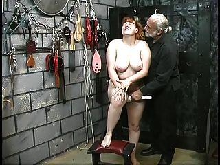 प्यारा युवा श्यामला दास लड़की तहखाने में अपमान खेलने के लिए नग्न स्ट्रिप्स