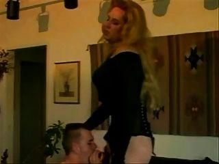 विंटेज एक्सड्रेसर उसे गधे में एक डिक और cums हो जाता है