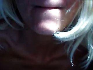 प्राकृतिक स्तन के साथ प्राकृतिक स्तन के साथ उन्हें और बालों वाले क्रॉच खेलता है