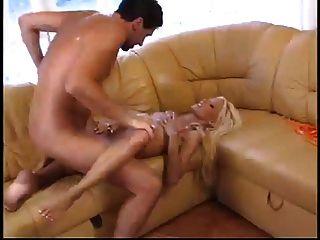 ब्लीच गोरा निककी गंदे समुद्र तट के घर में गर्म सेक्स पसंद करती है