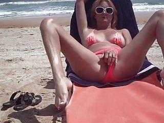 समुद्र तट पर एशले