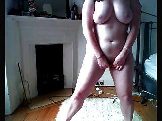 एक गोल और शर्मीली लड़की वेबकैम दिखाती है