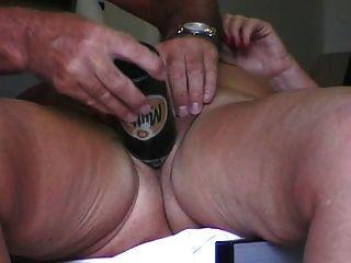 उसकी बोतल के साथ एन
