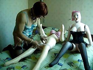 मेरा ट्रैनी दोस्त 2 प्रेम गुड़ियों को बकवास करने की कोशिश कर रहा है