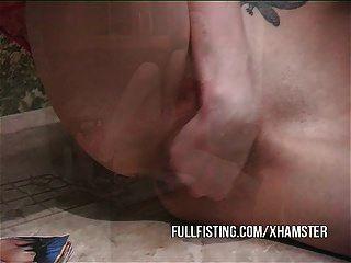 पतली फूहड़ उसकी बिल्ली fists और चेहरे लेता है