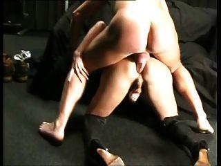 सेक्सी tranny अच्छा अंधेरे कमरे में सफेद कुतिया द्वारा टक्कर लगी है