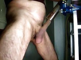 बूढ़े आदमी वैक्यूम क्लीनर के साथ masturbates