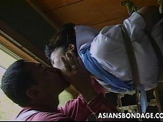 सेक्सी छोटी एशियाई लड़की उसके भागने द्वारा बांध दिया और छेड़ा जाता है