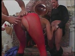 भयानक स्तन के साथ सेक्सी श्यामला एक बार में तीन लंड लेती है