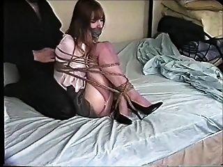क्रिस्टिन कसकर बिस्तर पर बनी हुई गेंद