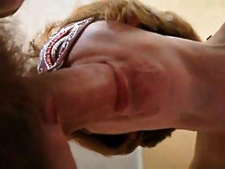 सुस्वाद मुंह के साथ परिपक्व महिला