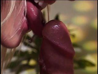 लड़का गोरा कुतिया fucks जबकि उसकी पत्नी उसके बड़े स्तन दिखाता है