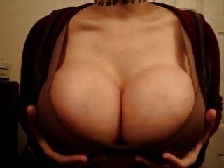 antoinette आप के लिए उसके नकली स्तन jiggles!