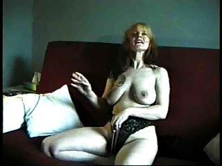 परिपक्व हमें उसके titties और बिल्ली से पता चलता है