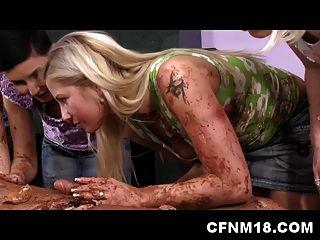 बिल्कुल नग्न आदमी सीपीएनएम महिलाओं को एक केक ट्रे के रूप में पेश करता है