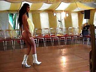 एक संगीत वीडियो में सेलिब्रिटी निपल्स निकाले