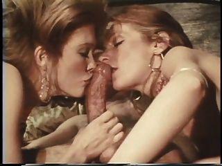 दो hotties चाटना और त्रिगुट बेडरूम सेक्स में एक बड़ा मुश्किल मुर्गा चूसना