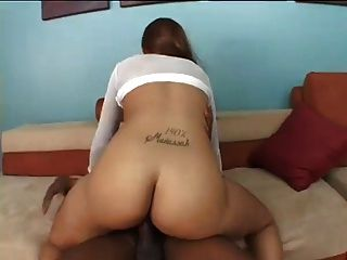 उसे बड़े स्तन और गधे और कठिन सेक्स पसंद है