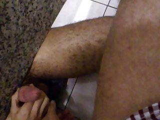 एक सार्वजनिक विश्रामगृह banheiro में एक अजनबी के लिए हाथ का काम