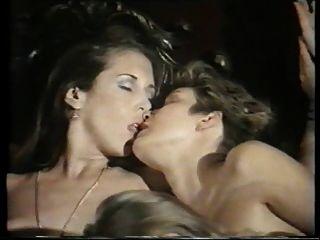 उसके आखिरी झुकाव से समलैंगिक नंगा नाच दृश्य