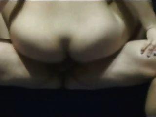 शौकिया लड़की अपने गधे में dildo डालता है