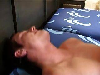 सेक्सी गोरा आदमी अपने पिछवाड़े में एक बड़ा bareback डिक लेता है