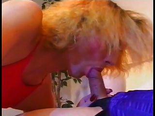 एक गर्म किन्नर एक दूसरे से एक blowjob हो जाता है और उसके चेहरे पर cums
