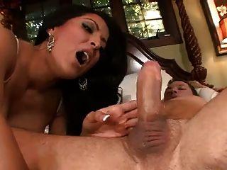 कीरा मिया एक सेक्सी नौकरानी है