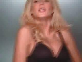 हेदी क्लम उसके स्तन के साथ खेलती है