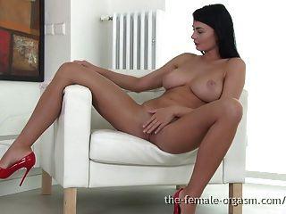 बड़े प्राकृतिक स्तनों के साथ सेक्सी coed संभोग करने के लिए masturbates