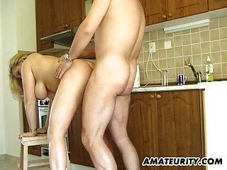 busty शौकिया milf उसके रसोई घर में बेकार है और fucks