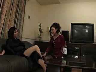 एशियाई महिला उसे पूजा में seduces