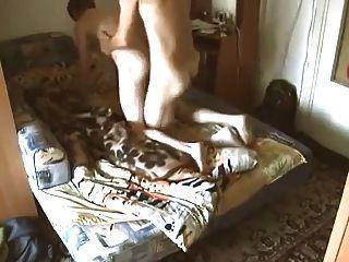 विनम्र यहूदी लड़का अपने रूसी दोस्त द्वारा गड़बड़ हो जाता है