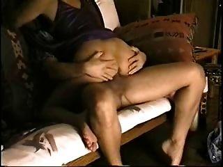 सोफे पर गर्म जोड़े कमबख्त