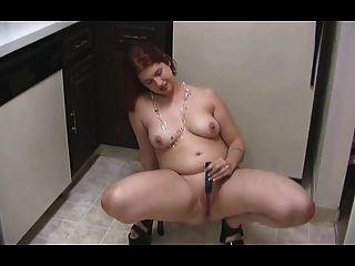 रसोईघर में गोल - मटोल लड़की स्ट्रिप्स