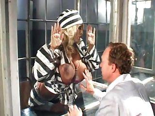 जेल में बड़े स्तन