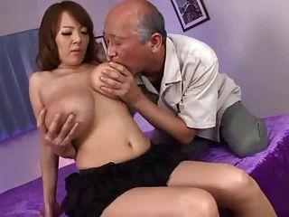 वह अपने बड़े स्तन चूसने पुराने लोगों को प्यार करता है
