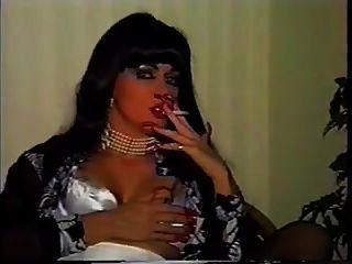 महिला धूम्रपान लंबी नाखून