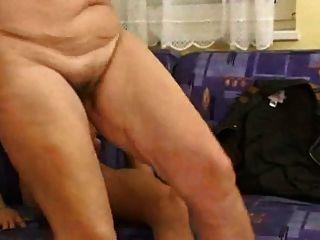 फूहड़ शरीर, saggy स्तन और बालों वाली योनी के साथ माँ