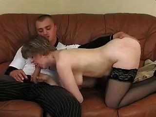 saggy स्तन और लड़के के साथ प्यारी माँ