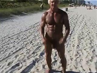 नग्न समुद्र तट पर 70 वर्षीय बॉडी बिल्डर