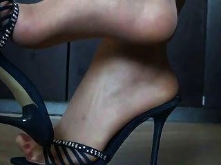 नायलॉन और उच्च ऊँची एड़ी के जूते में पैर