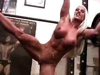 जिम में सेक्सी मांसपेशी महिला
