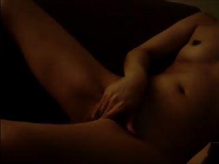 एक बड़े dildo के साथ मुखर moaning लड़की mastubates